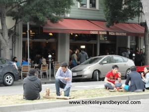 BERKELEY-Cheese Board-Diners on Center Strip-300pix(c2013CaroleTerwilligerMeyers)