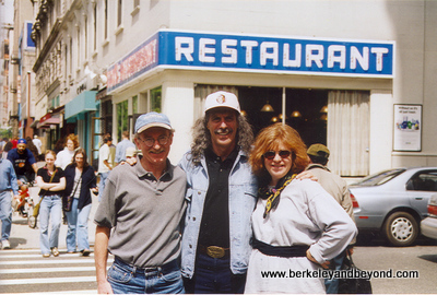 NYC-Seinfeld Tour-Carole+Kenny Kramer+cafe-scan-400pix